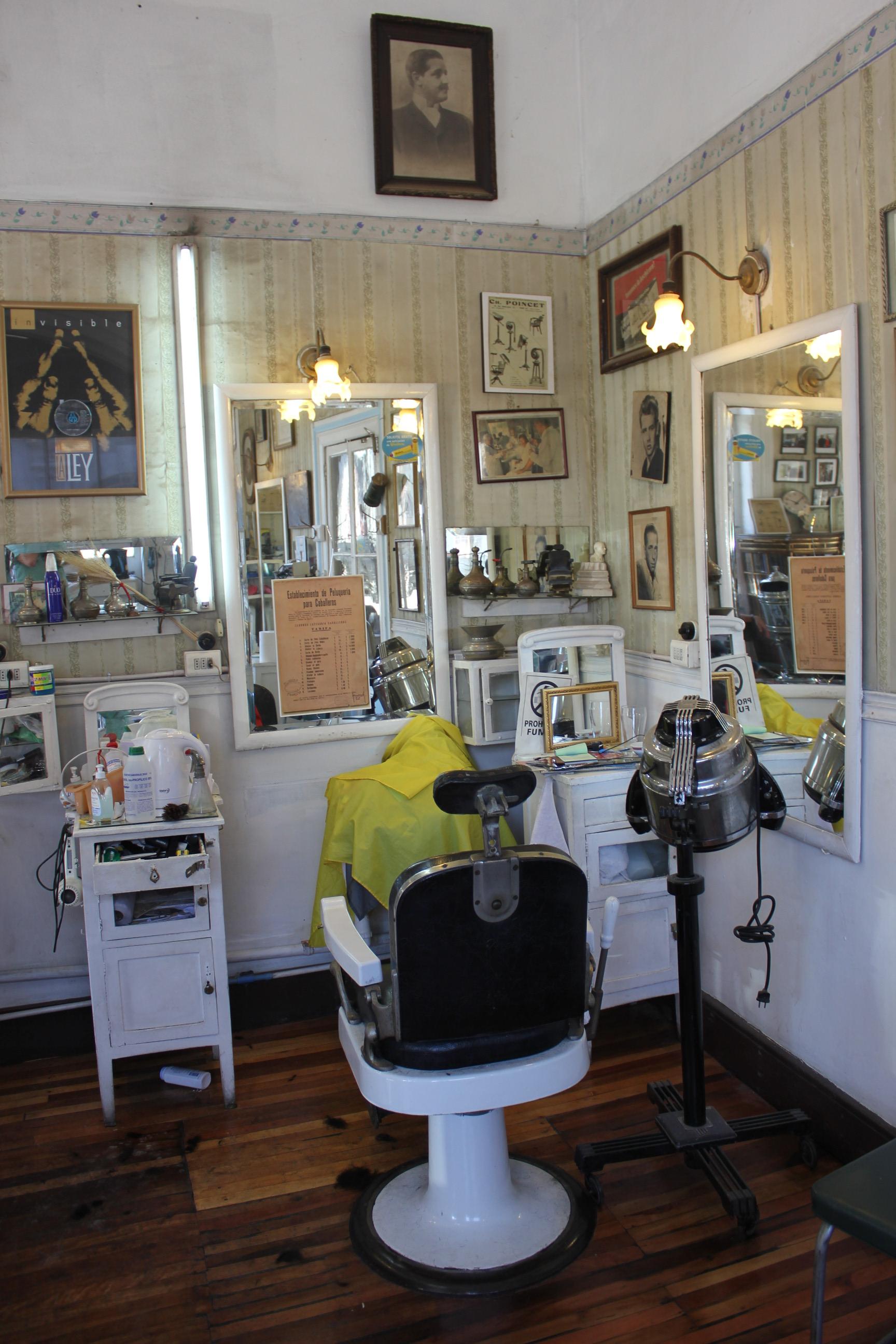 Uno de los lugares de la Peluquería Francesa donde se practican técnicas de barbería con paños calientes y navaja-Buenavida