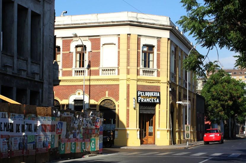 El colorido edificio en la esquina de Libertad y Compañia de Jesus en el santiguino Barrio Yungay-Buenavida