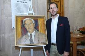 Emilio Alvarez Abouchard con el óleo de Juan Torres Calderon que ilustra la portada del libro