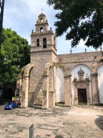 Torre con contrafuertes de cantera rosa en la Iglesia del Carmen