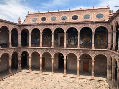 Pórtico del Palacio Municipal con los Murales del Maestro Alfredo Zalce