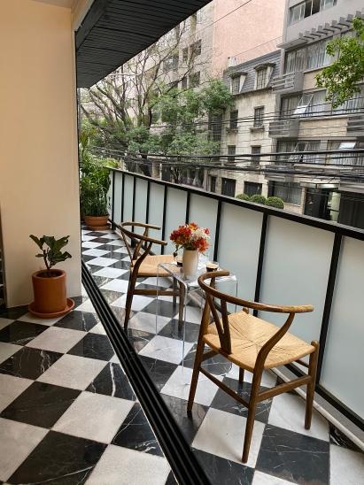 Saca una mesa y sillas a tu balcón para tomar aire fresco